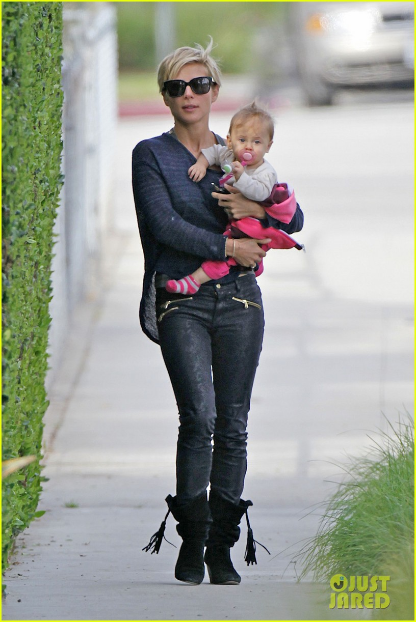 elsa pataky neighborhood stroll with baby india 01