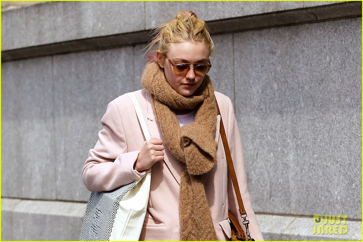 dakota fanning isabel marant shopper 012837418