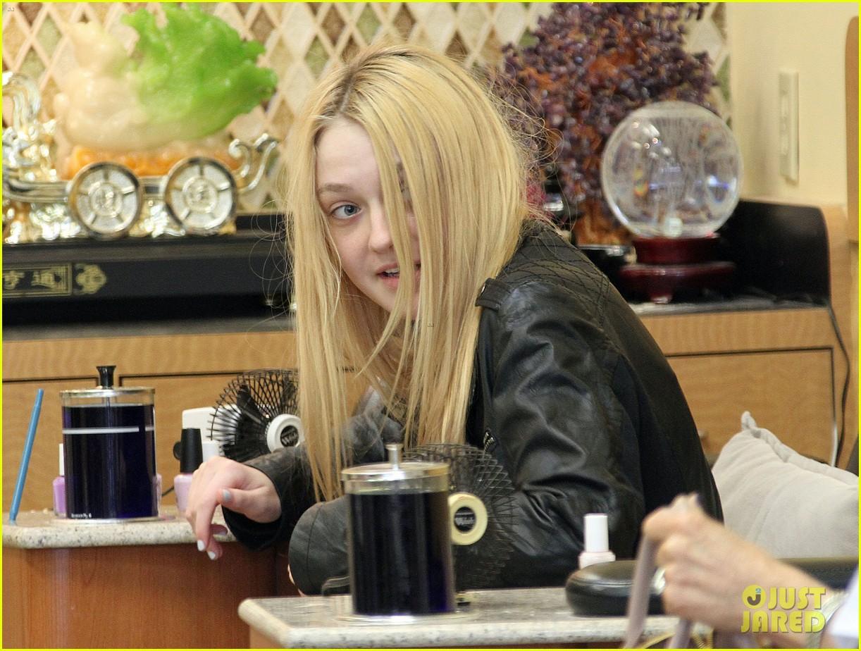 dakota fanning pedicure pampering 012828039