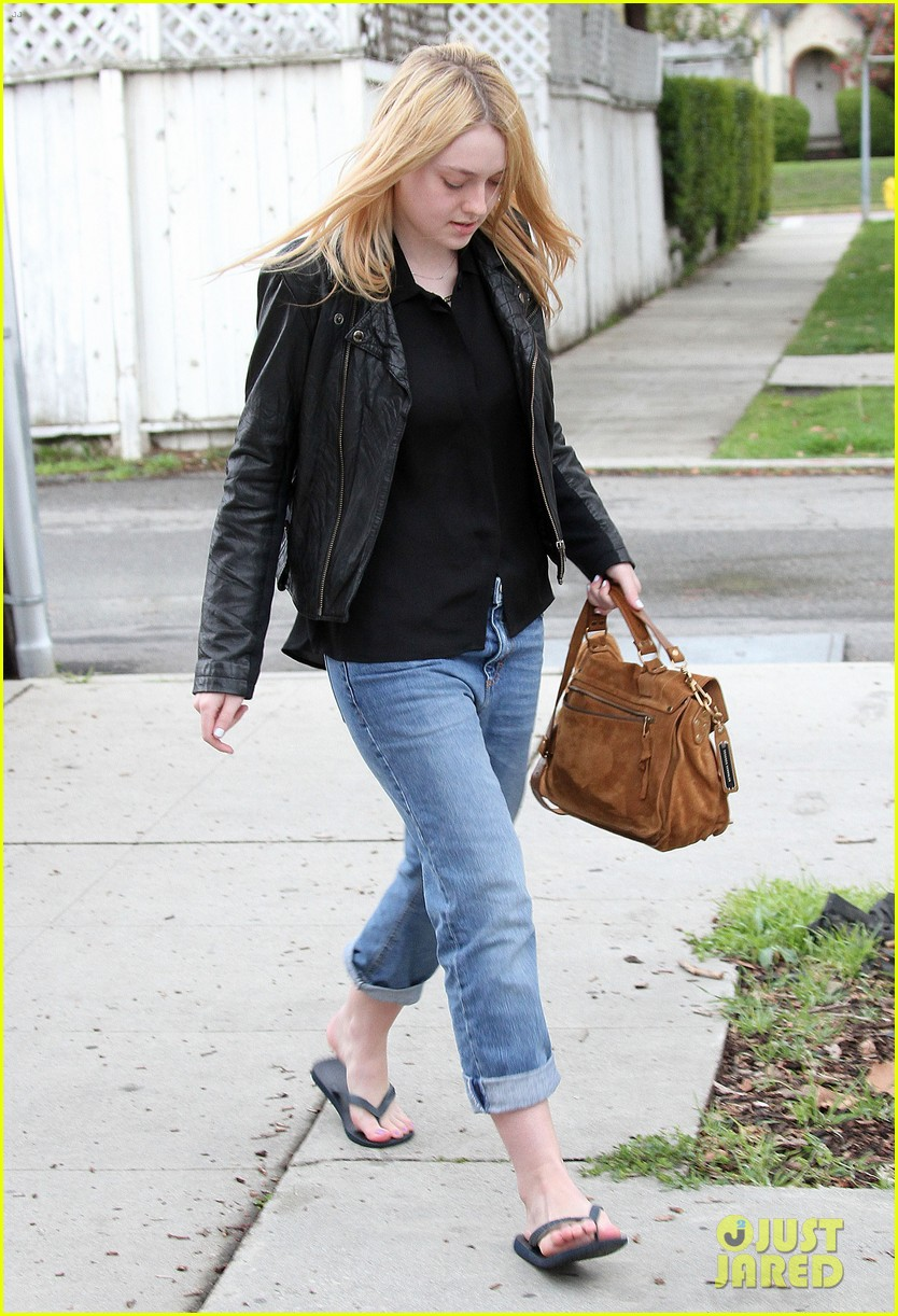 dakota fanning pedicure pampering 022828040