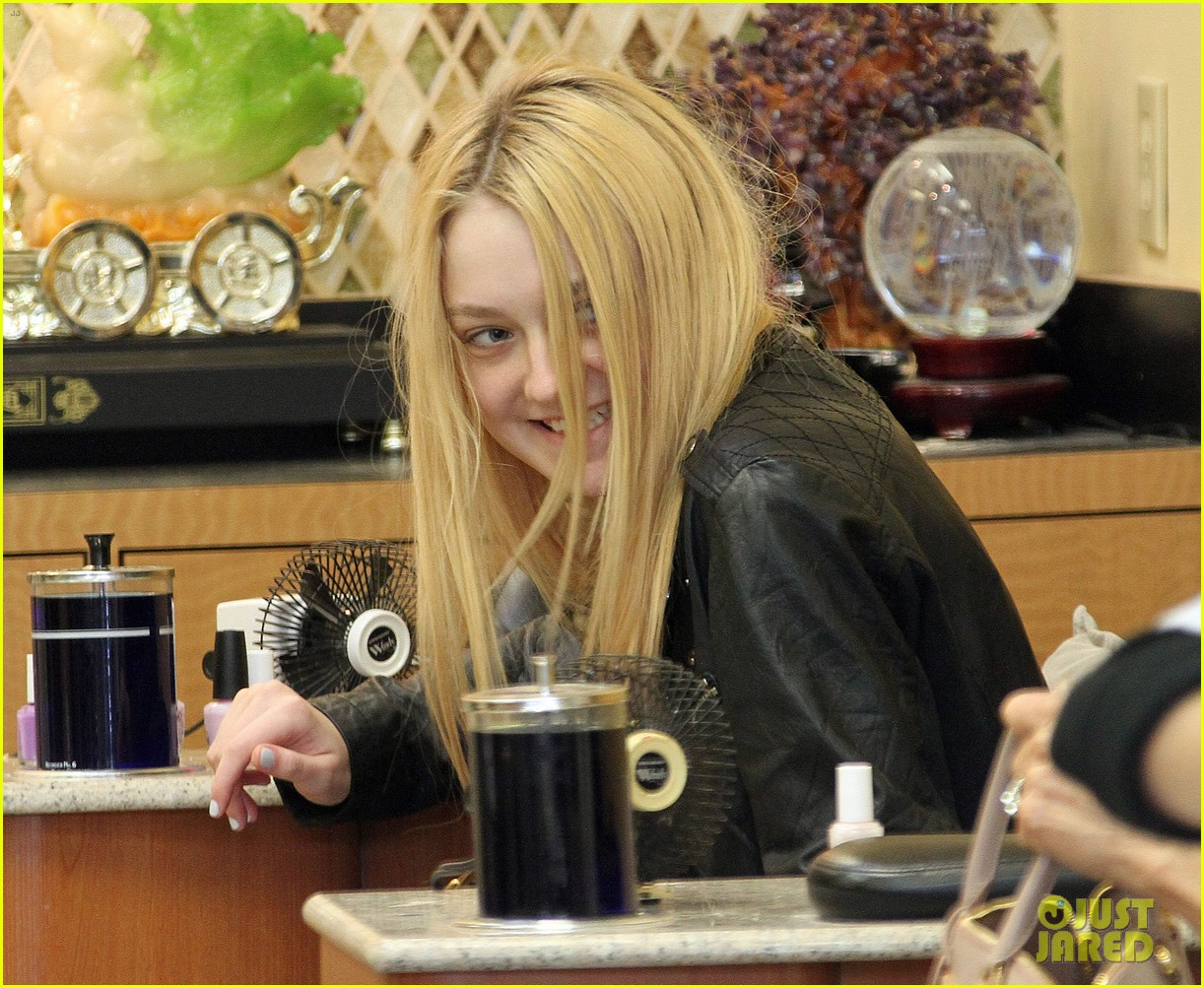 dakota fanning pedicure pampering 082828046