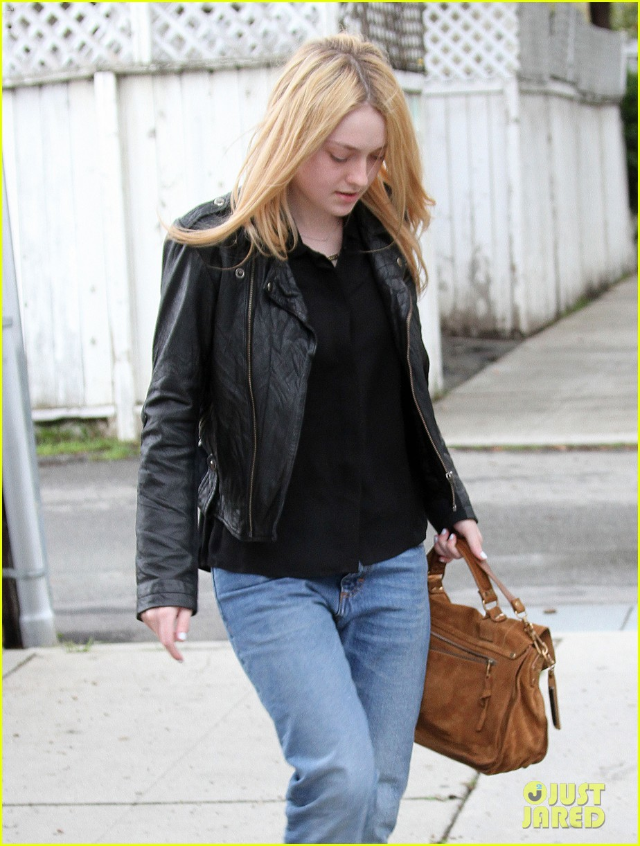 dakota fanning pedicure pampering 092828047
