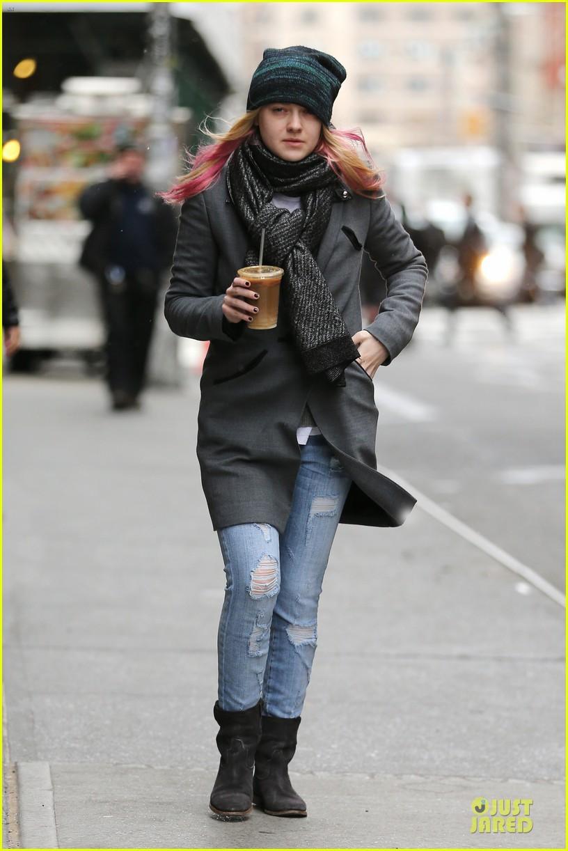 dakota fanning pink hair rockin coffee stop 032837950