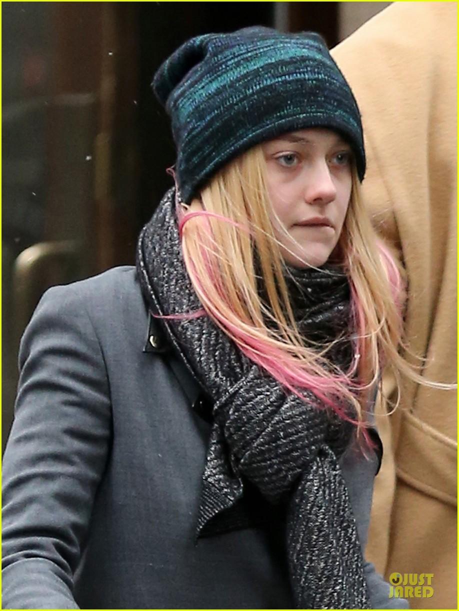 dakota fanning pink hair rockin coffee stop 042837951