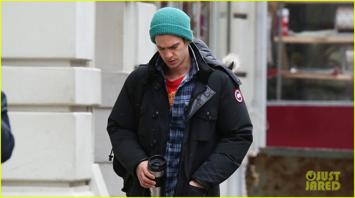 andrew garfield bundled up in the big apple 042826778