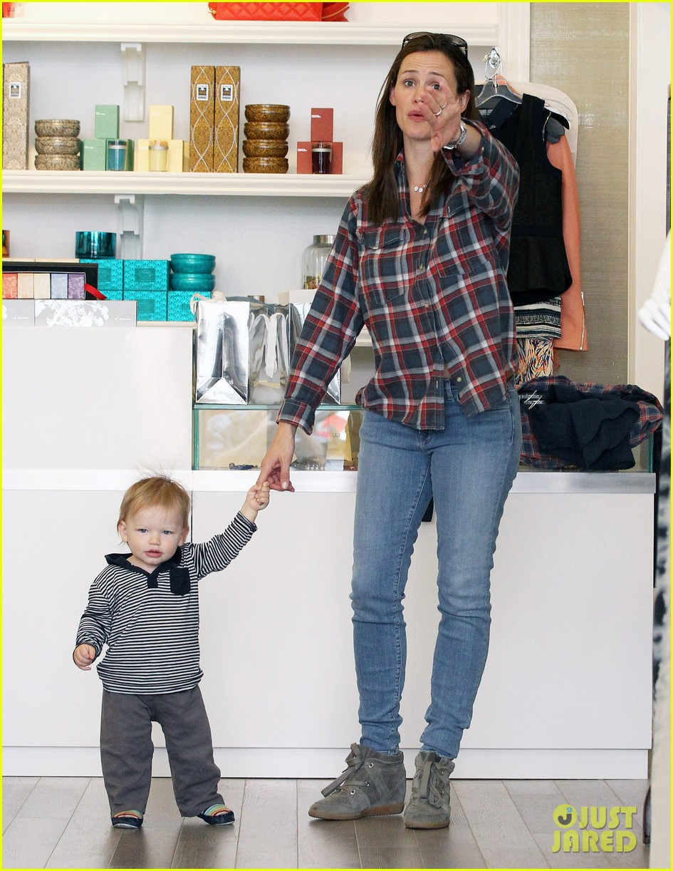 jennifer garner has her hands full with seraphina samuel 05