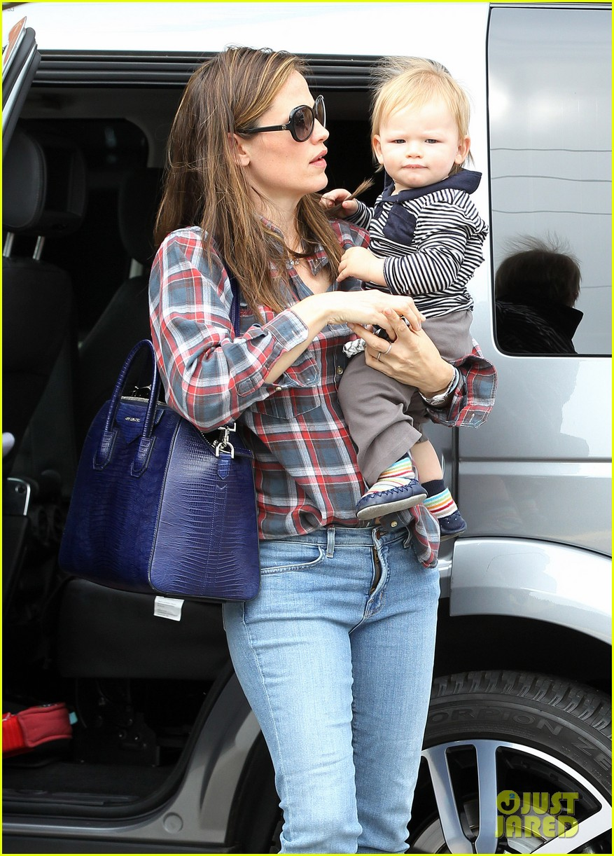 jennifer garner has her hands full with seraphina samuel 112826531