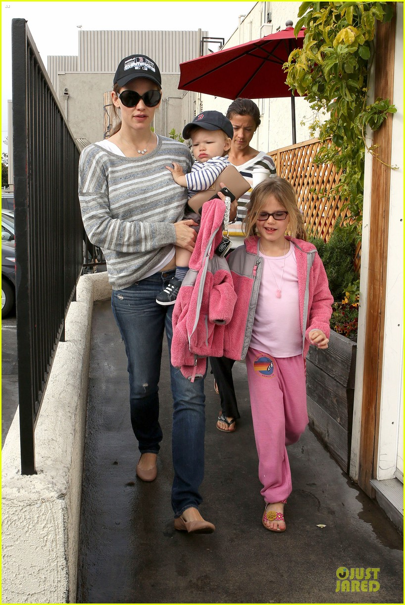 jennifer garner huckleberry breakfast with the kids 012840439