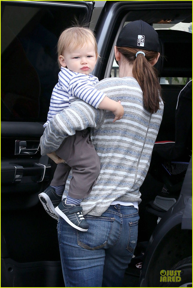 jennifer garner huckleberry breakfast with the kids 042840442