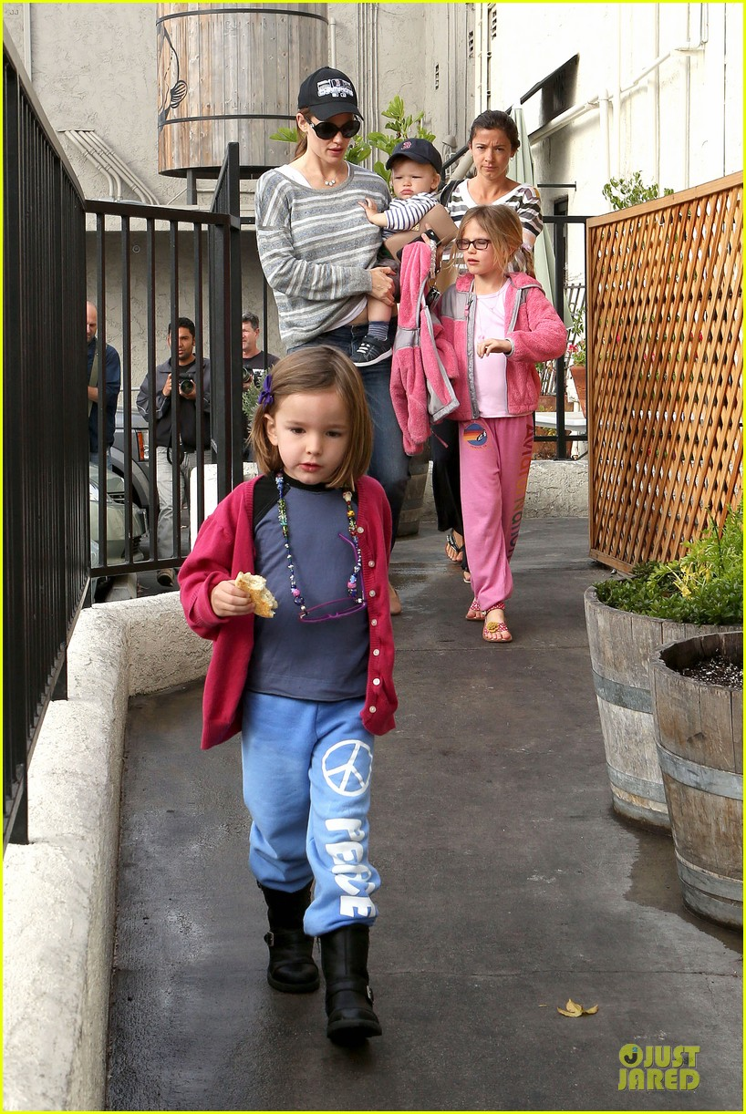 jennifer garner huckleberry breakfast with the kids 062840444