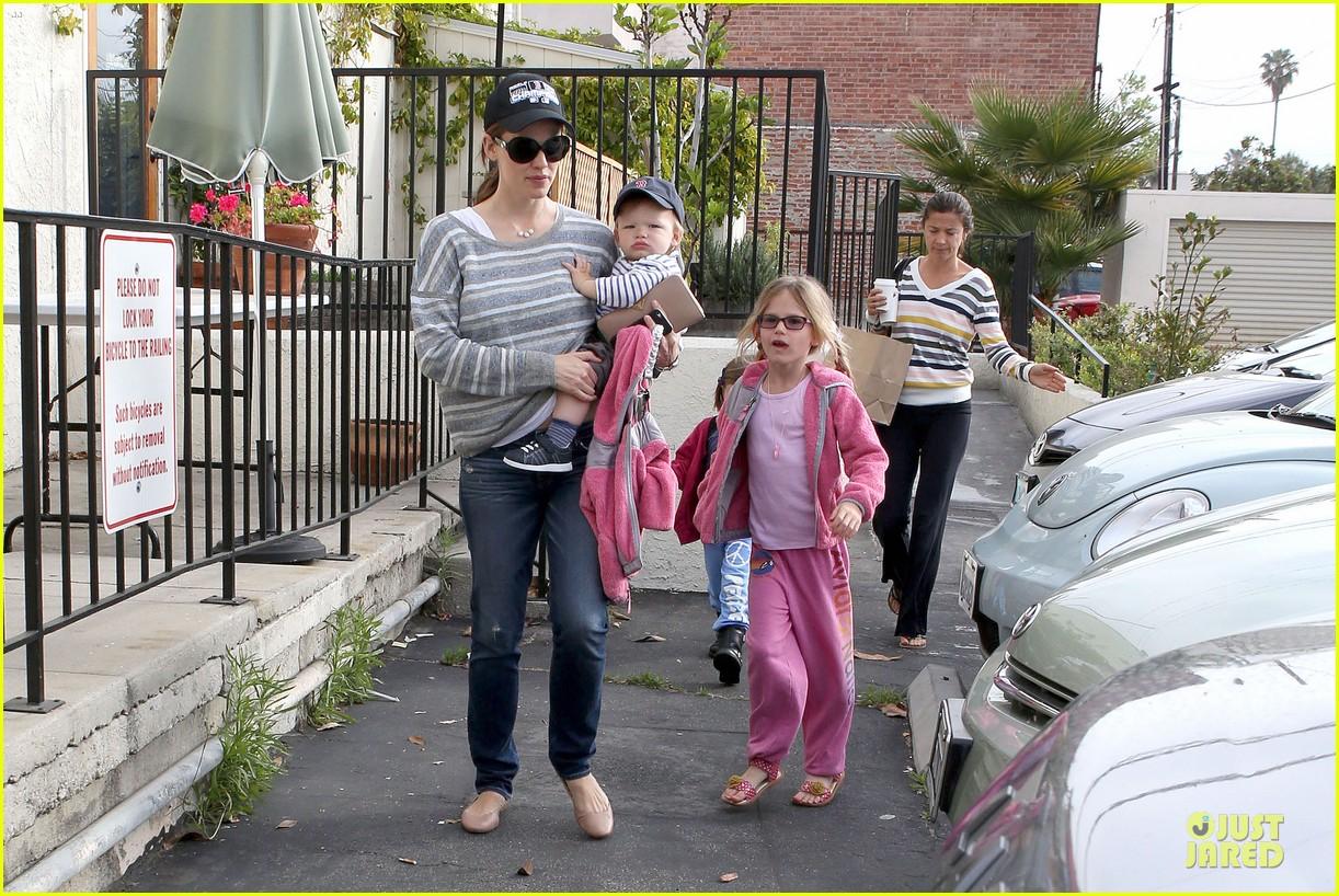 jennifer garner huckleberry breakfast with the kids 072840445