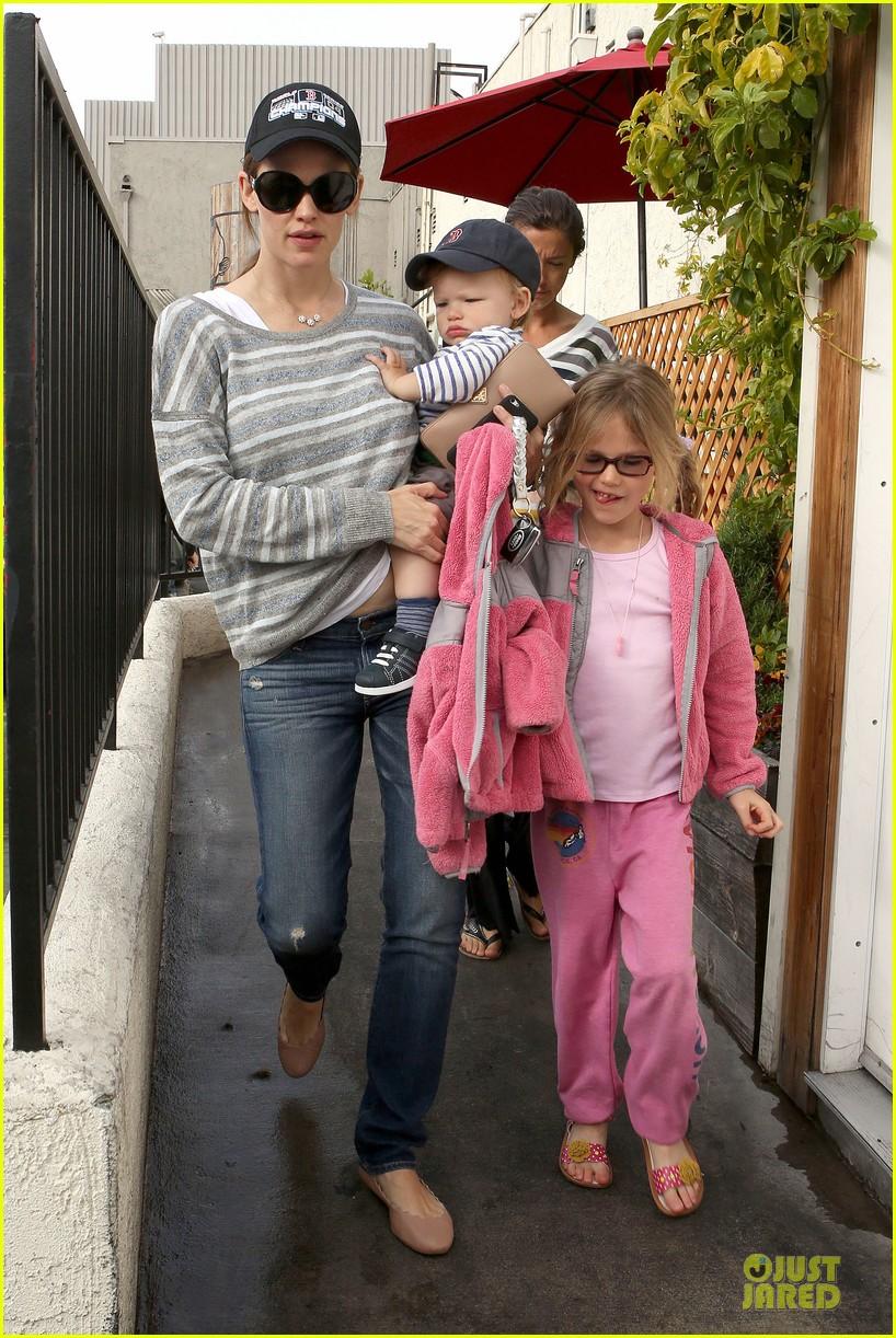 jennifer garner huckleberry breakfast with the kids 082840446