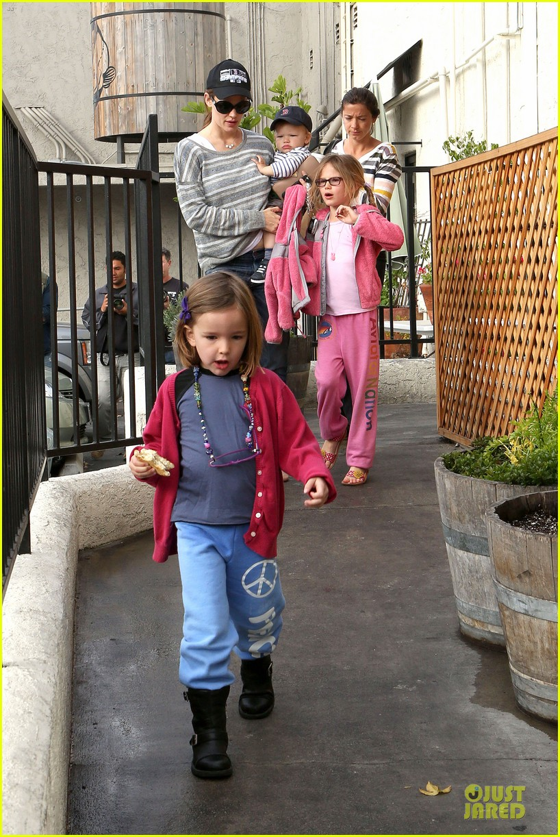 jennifer garner huckleberry breakfast with the kids 122840450