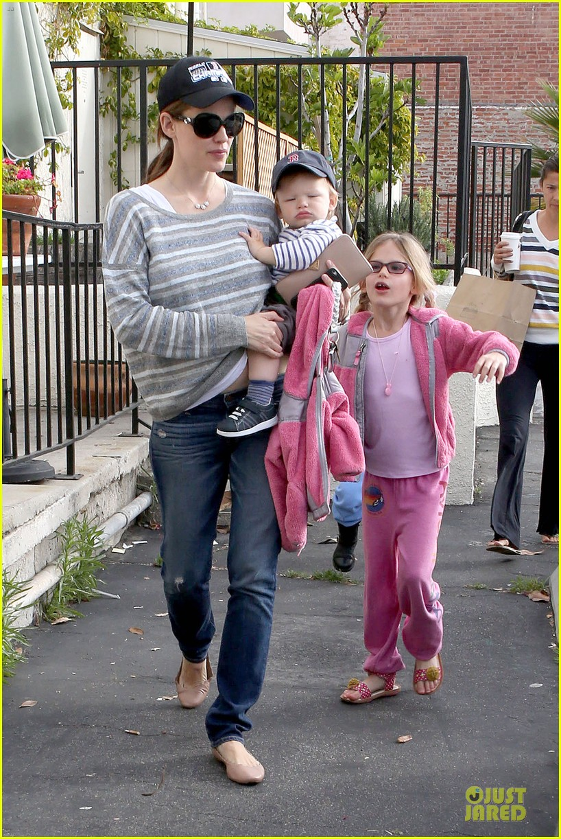 jennifer garner huckleberry breakfast with the kids 15