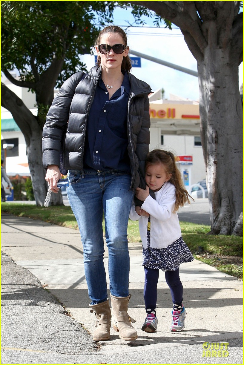 jennifer garner seraphina nail salon duo 01