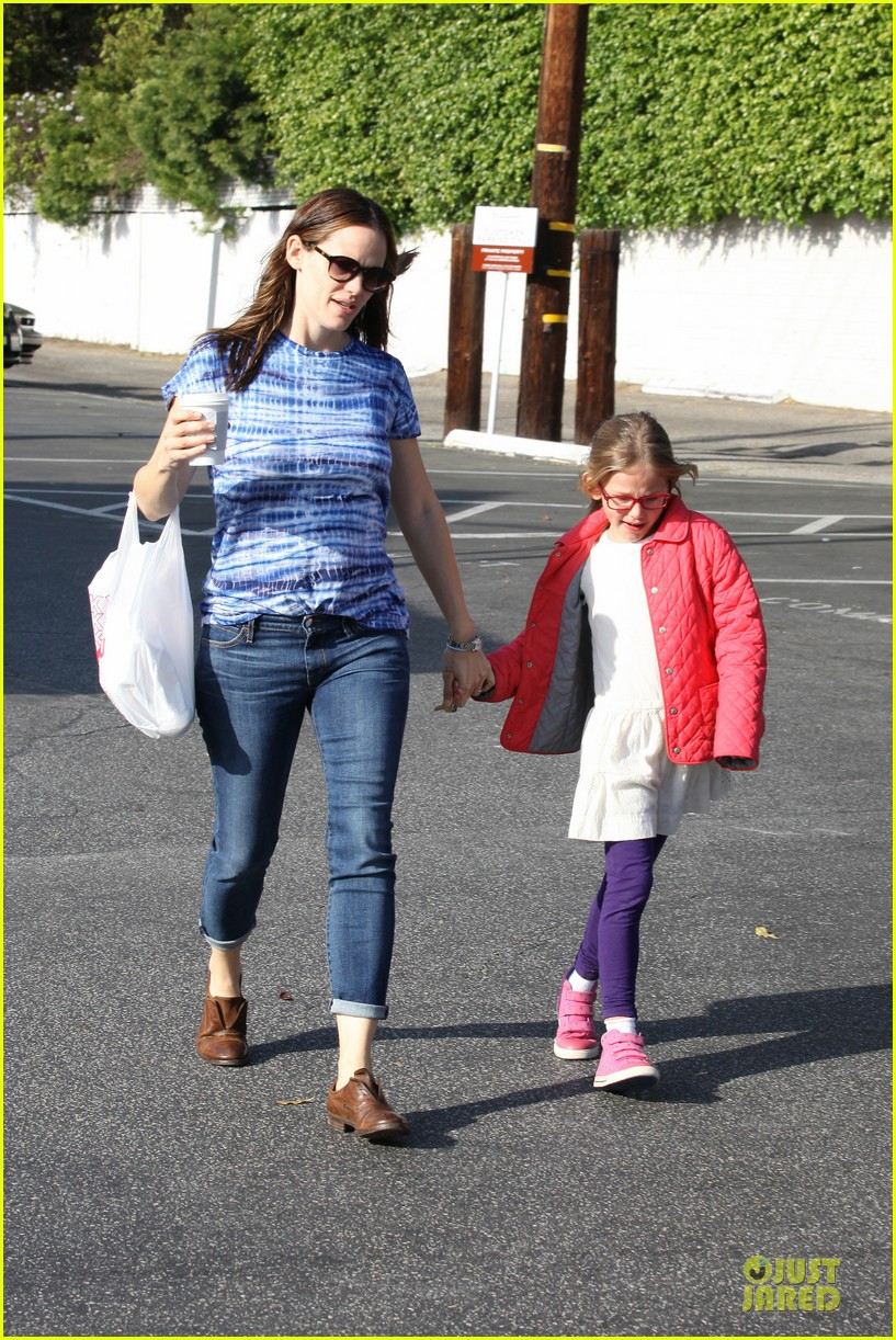 jennifer garner sepate brentwood country mart stops with the girls 012825833