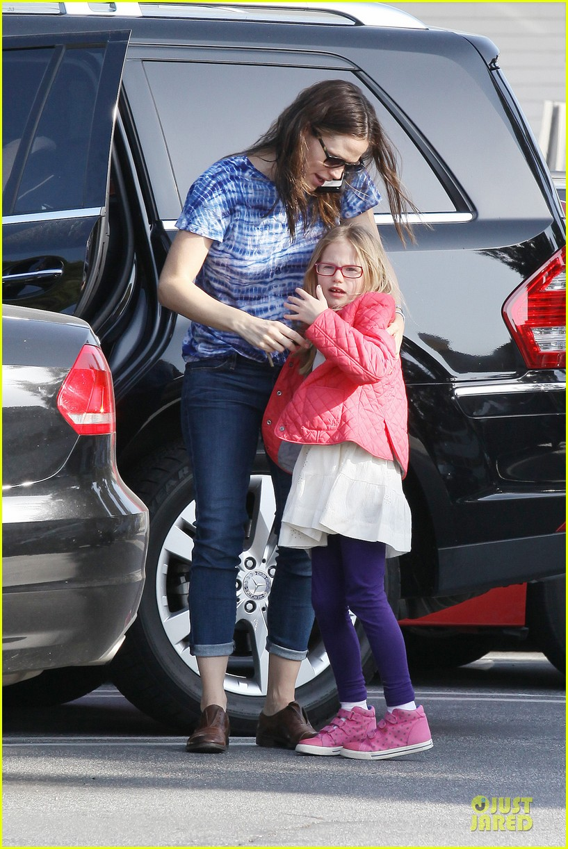 jennifer garner sepate brentwood country mart stops with the girls 032825835