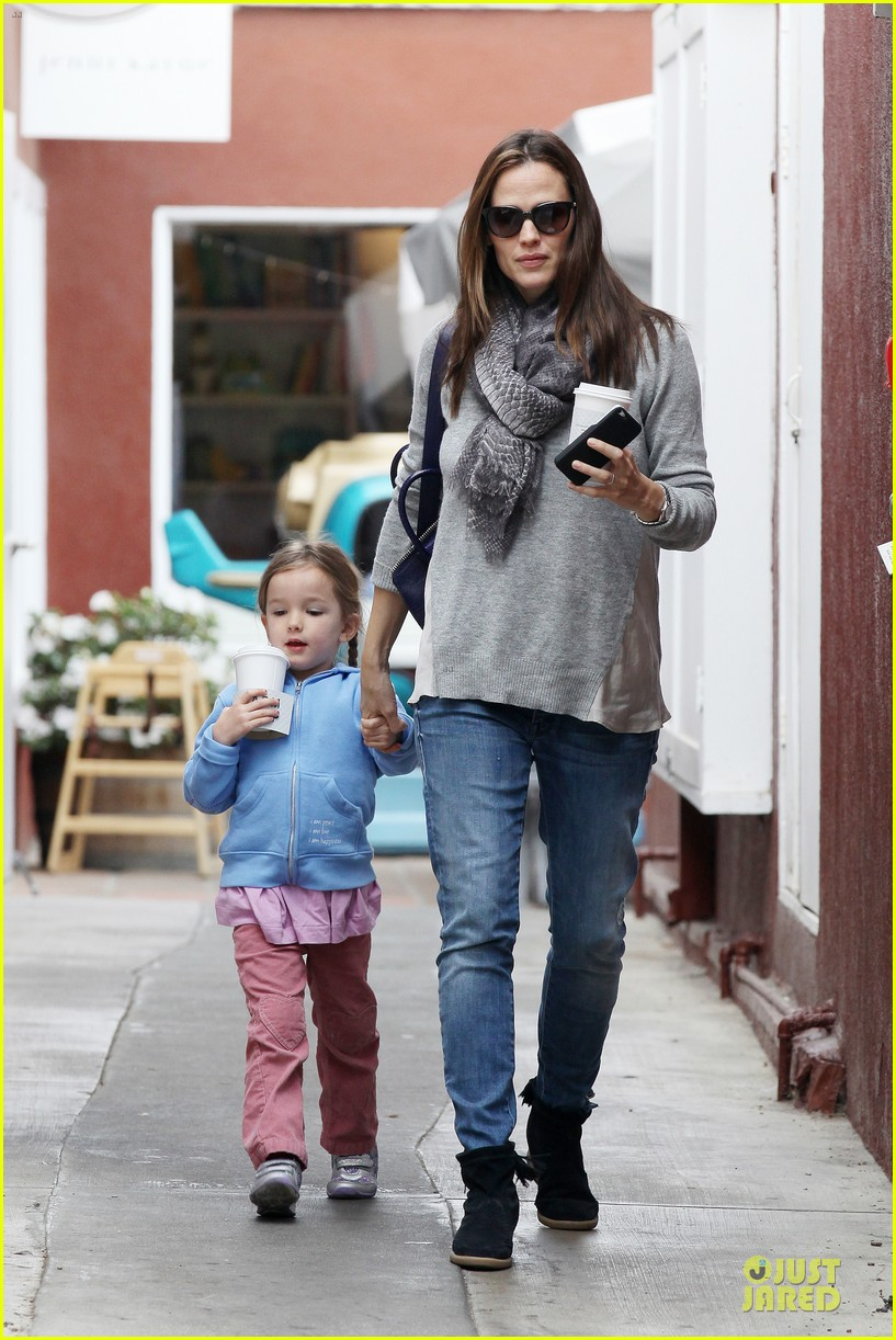 jennifer garner sepate brentwood country mart stops with the girls 042825836