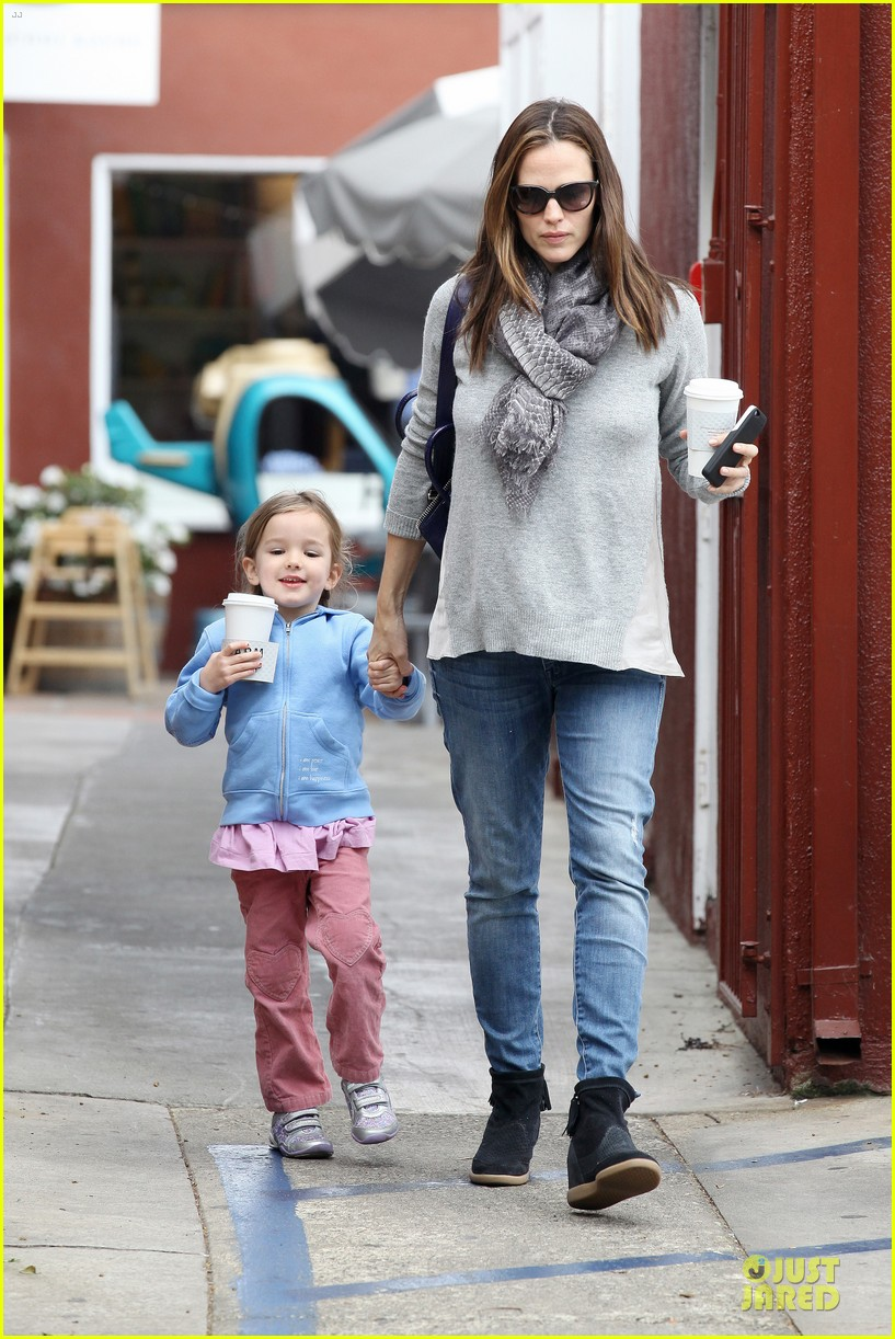 jennifer garner sepate brentwood country mart stops with the girls 082825840