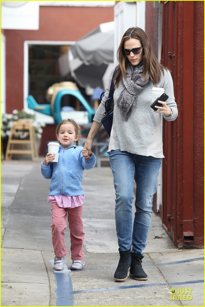 jennifer garner sepate brentwood country mart stops with the girls 092825841