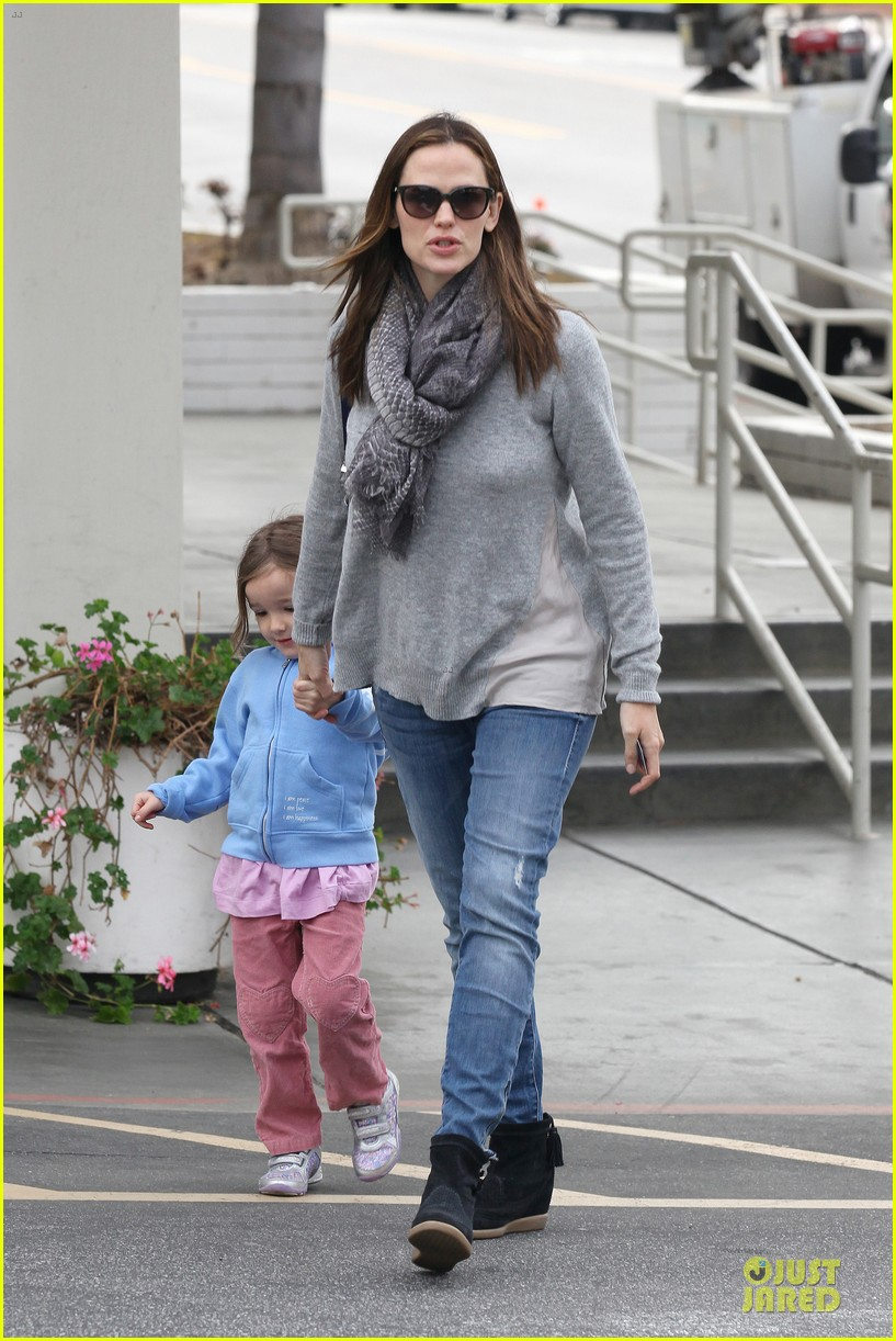 jennifer garner sepate brentwood country mart stops with the girls 122825844