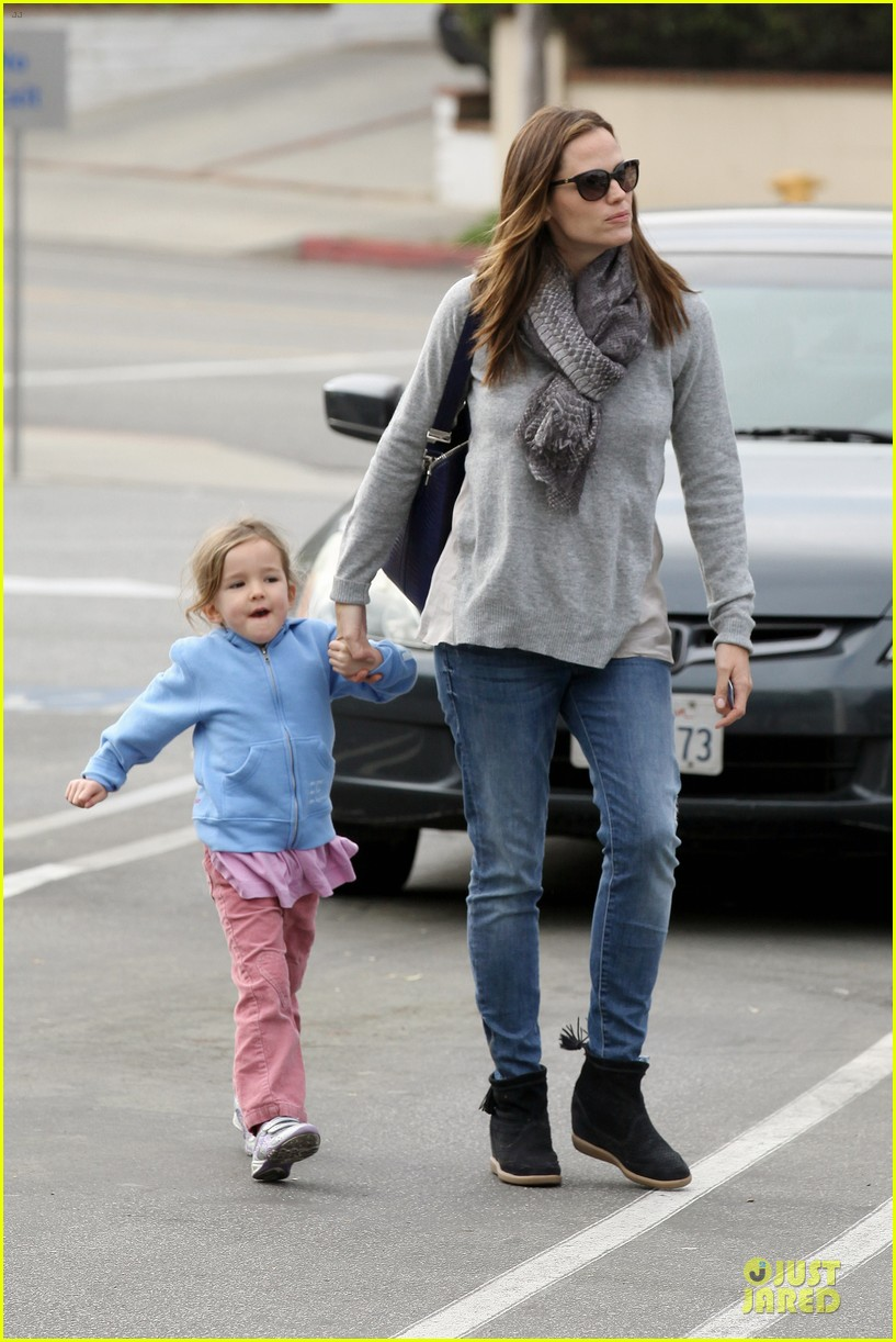 jennifer garner sepate brentwood country mart stops with the girls 132825845