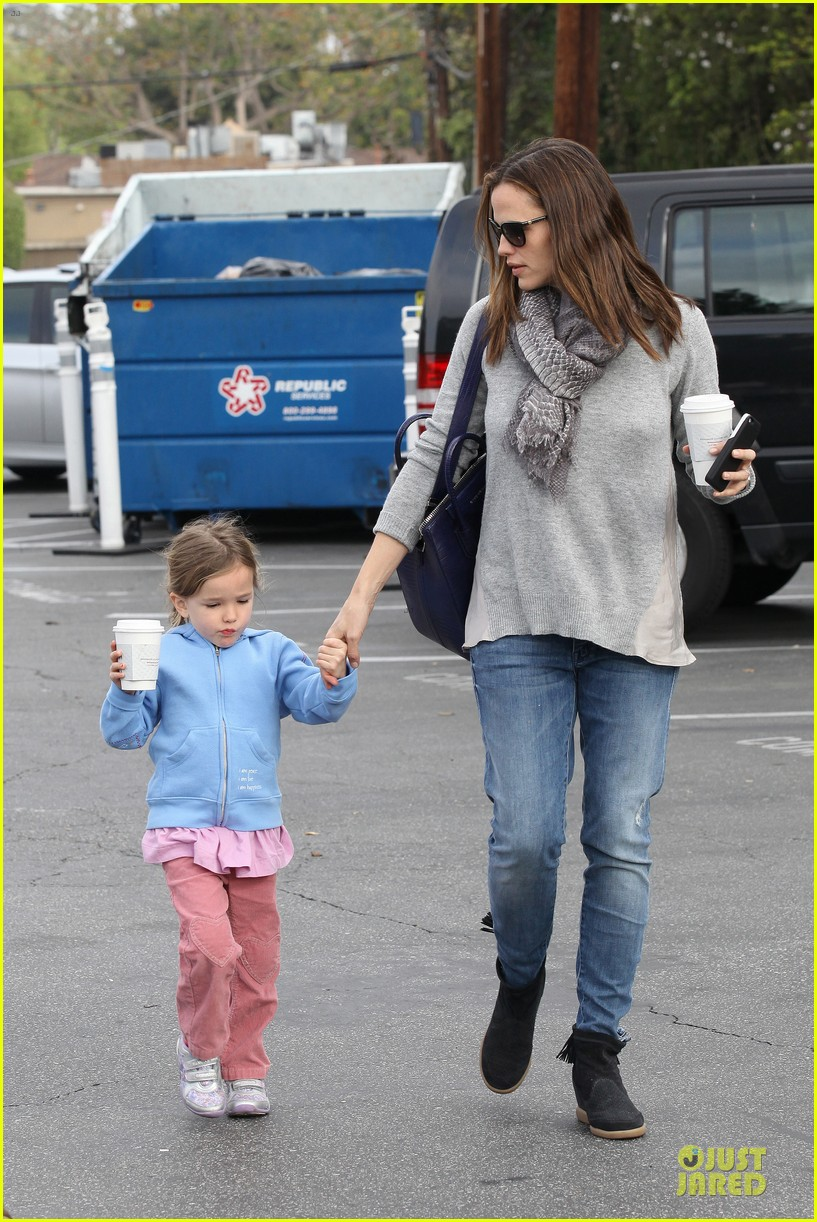 jennifer garner sepate brentwood country mart stops with the girls 152825847