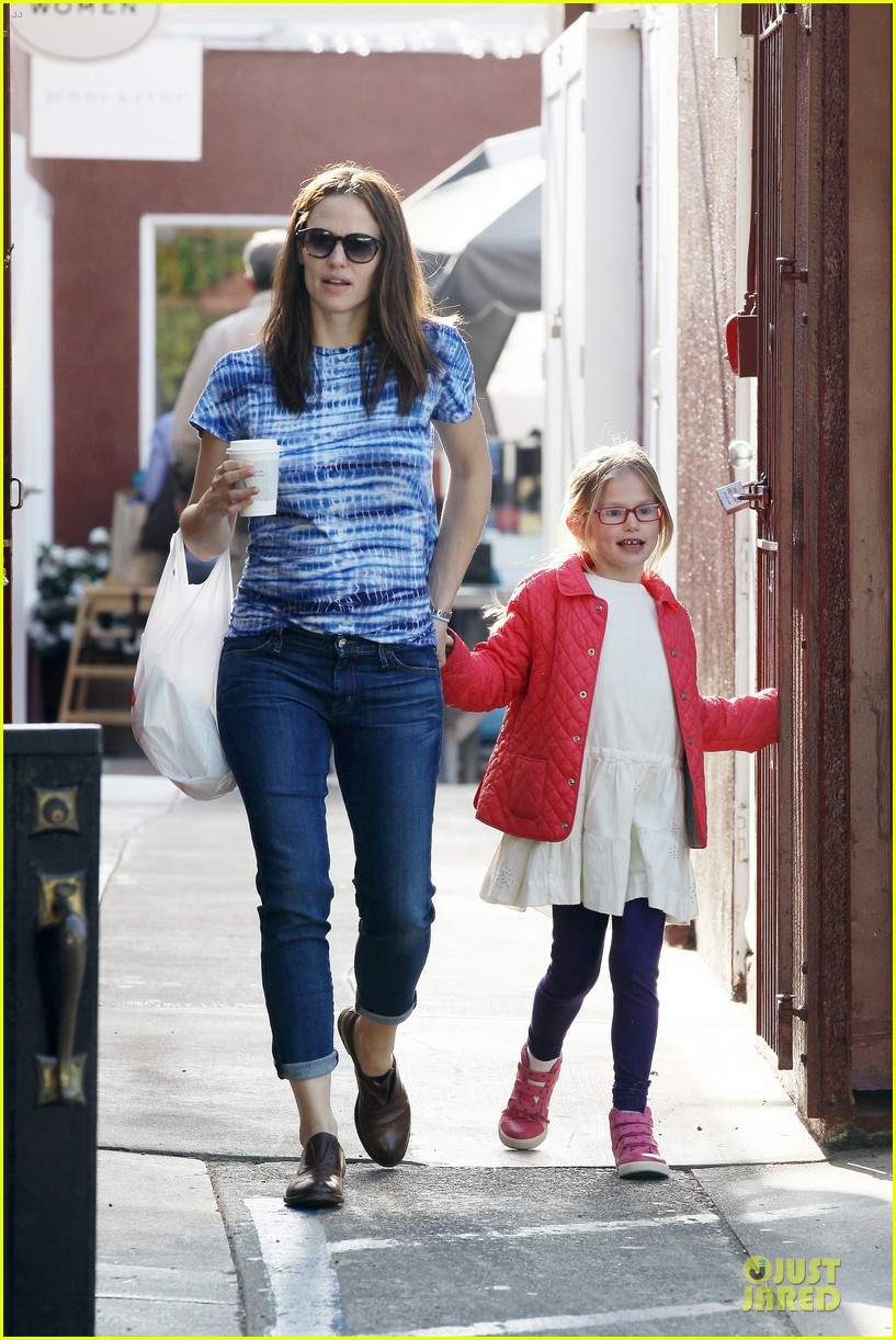 jennifer garner sepate brentwood country mart stops with the girls 17