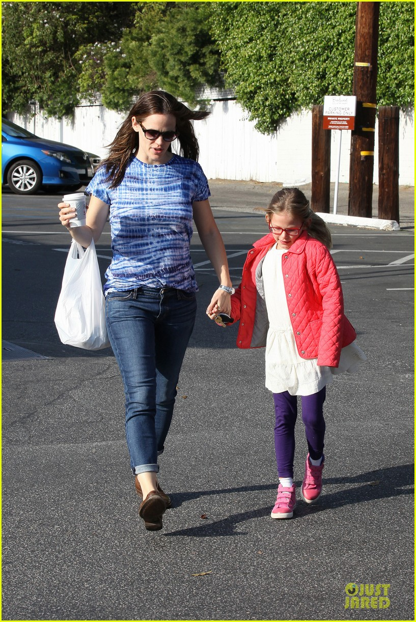 jennifer garner sepate brentwood country mart stops with the girls 242825856