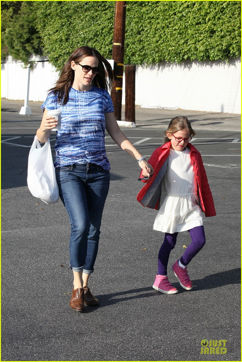 jennifer garner sepate brentwood country mart stops with the girls 272825859
