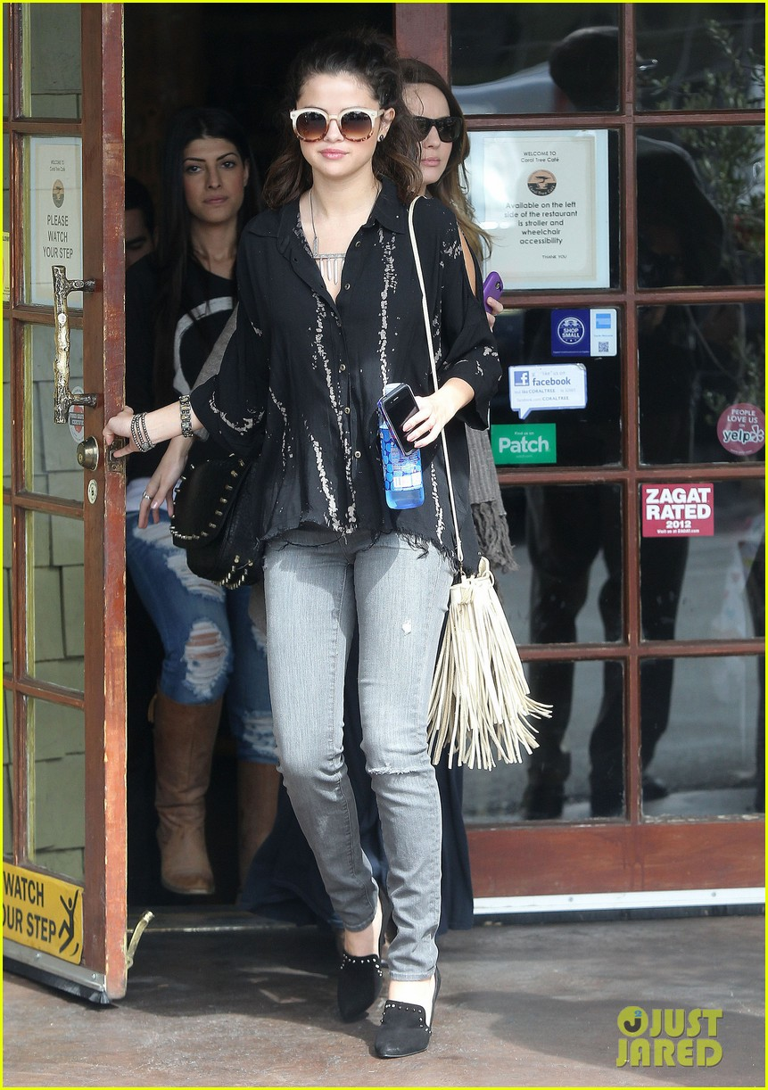selena gomez coral tree cafe lunch 01