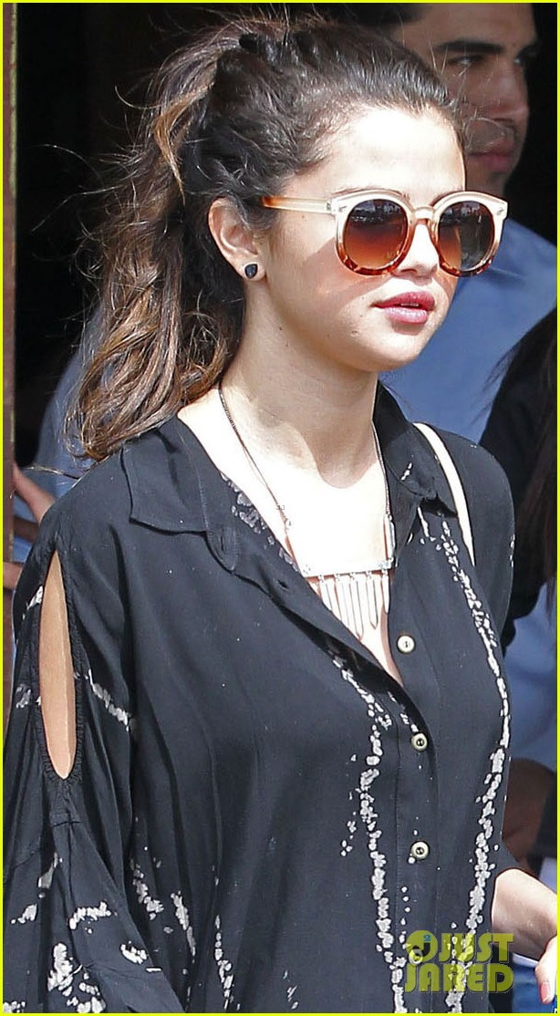 selena gomez coral tree cafe lunch 042824377