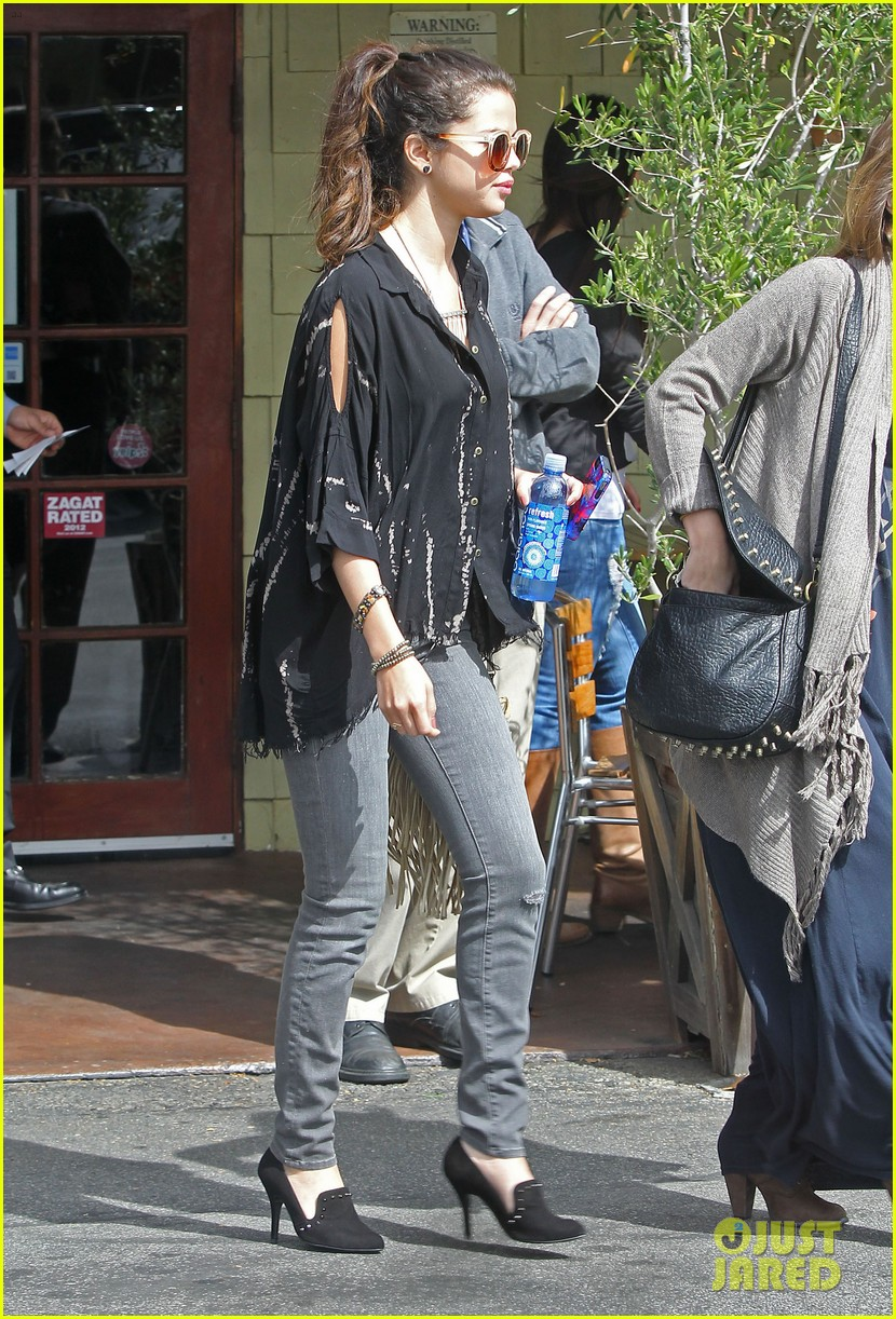 selena gomez coral tree cafe lunch 05