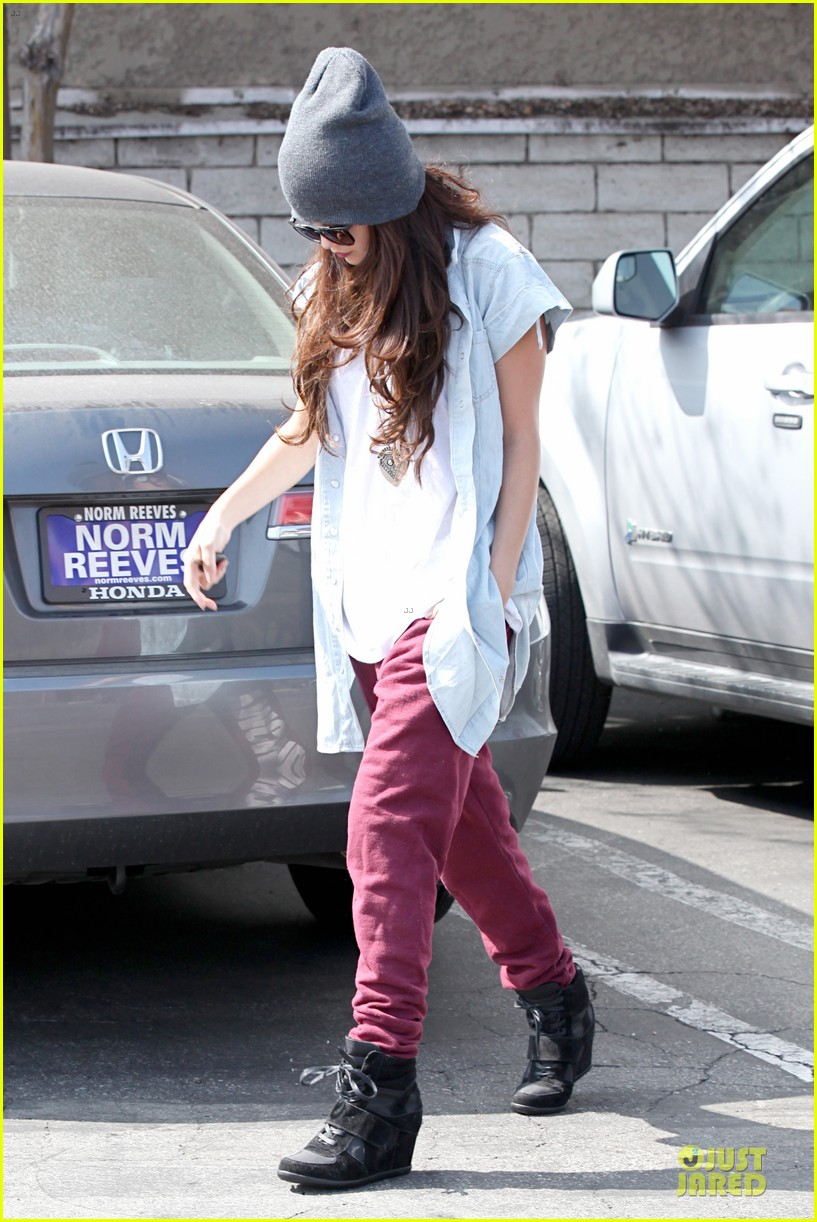 selena gomez frozen yogurt with a gal pal 062825616