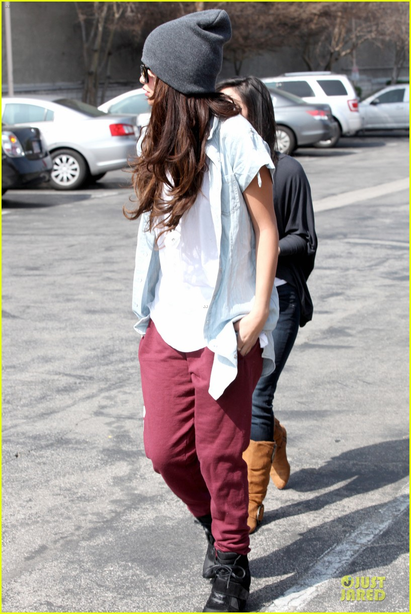 selena gomez frozen yogurt with a gal pal 15