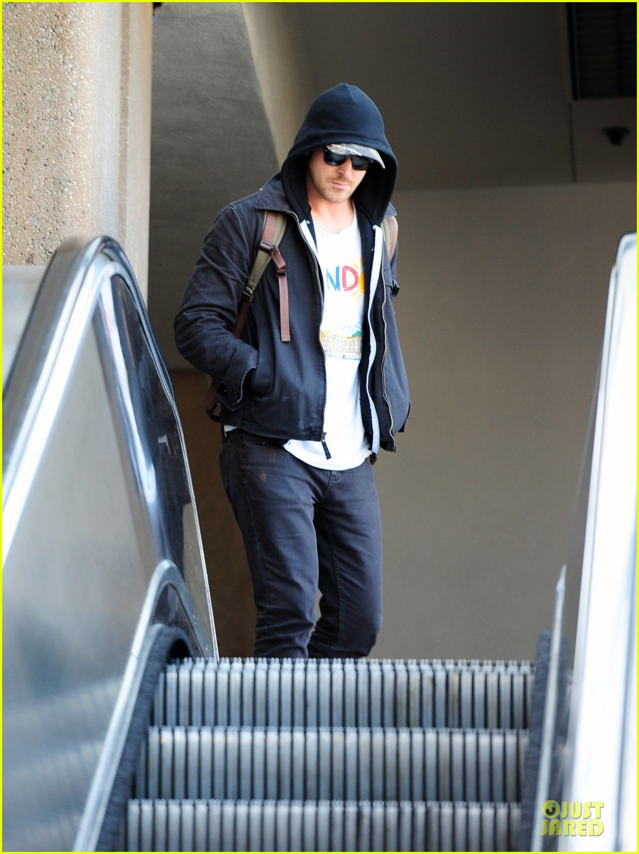 ryan gosling eva mendes separate lax airport arrivals 04