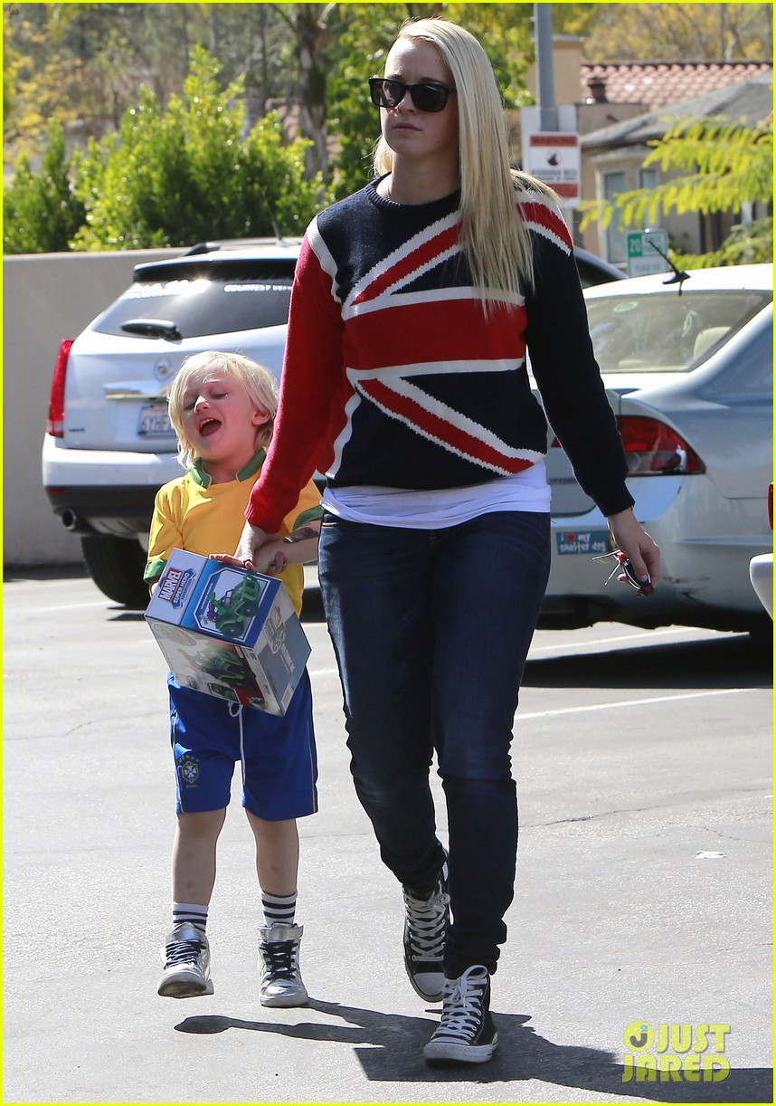 gwen stefani target trip with kingston zuma 102824178