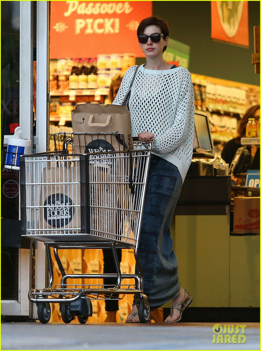 anne hathaway whole foods shopper 202833393