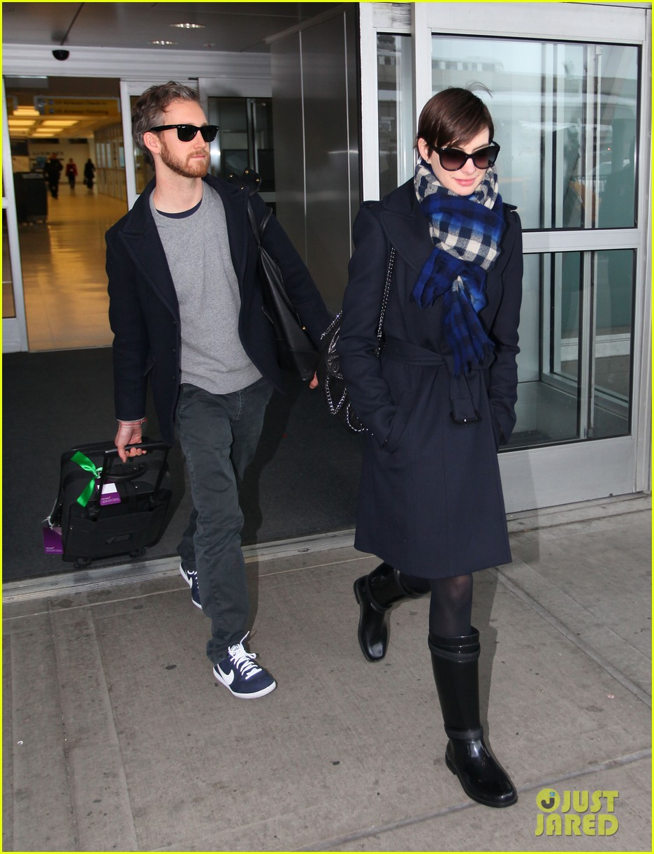 anne hathaway adam shulman back in the big apple 03