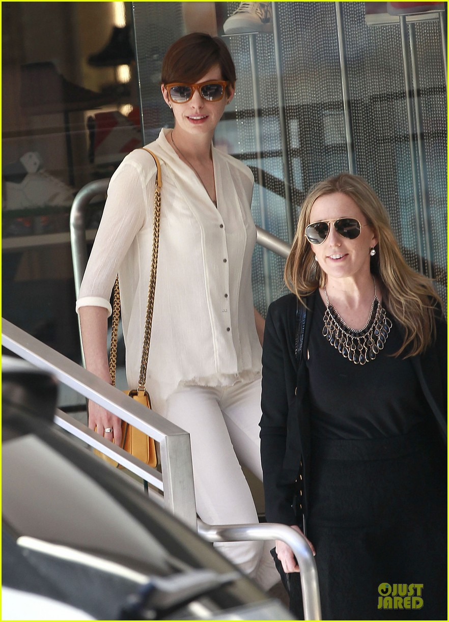 anne hathaway bright run with a gal pal 052831277