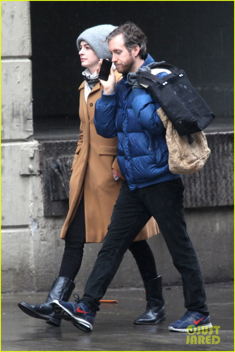 anne hathaway monday morning stroll with adam shulman 02