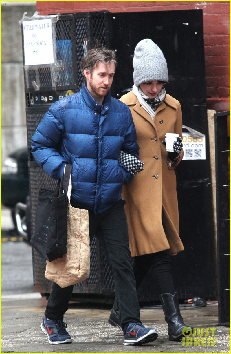 anne hathaway monday morning stroll with adam shulman 052837770