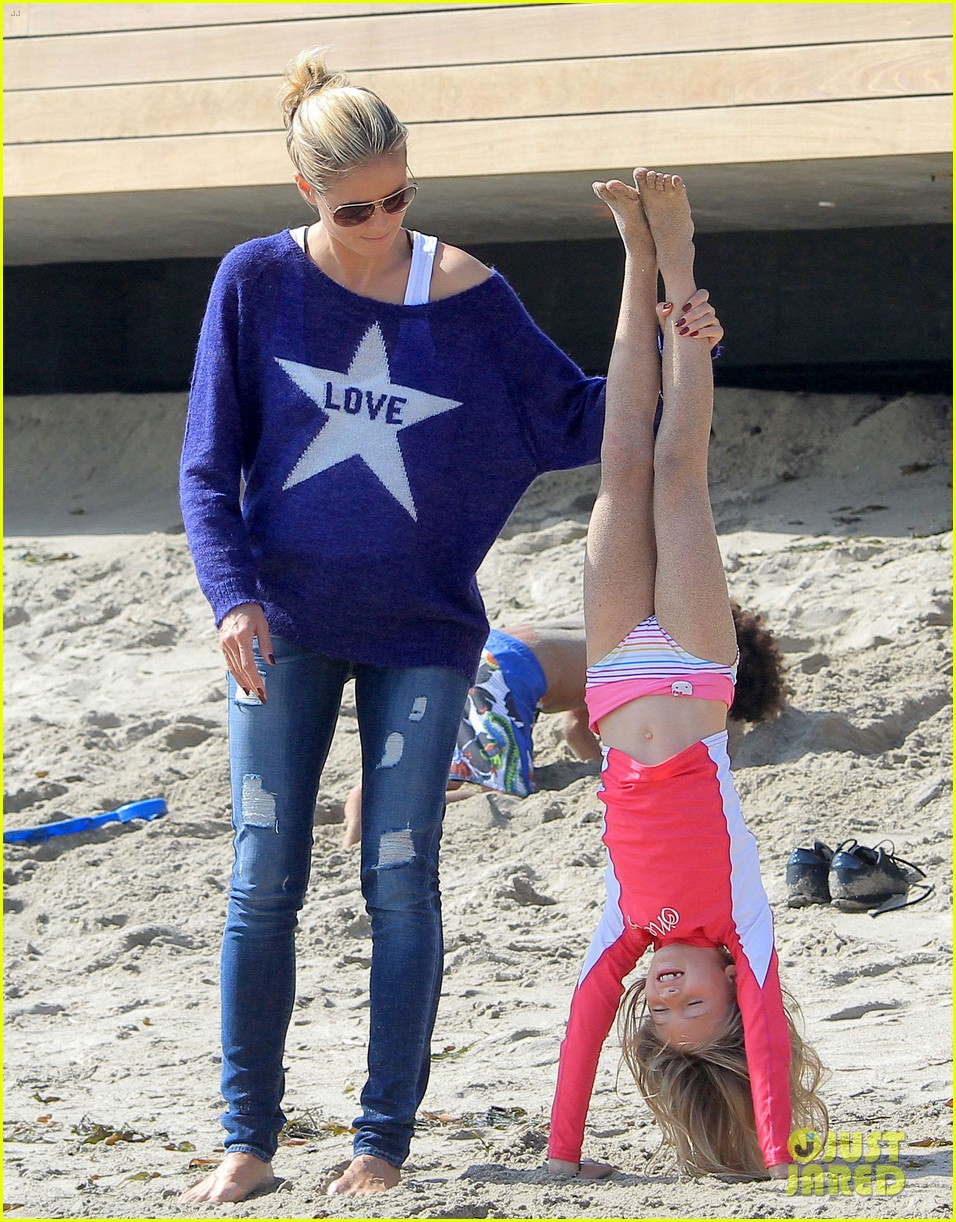 heidi klum beach handstands with leni 042837235