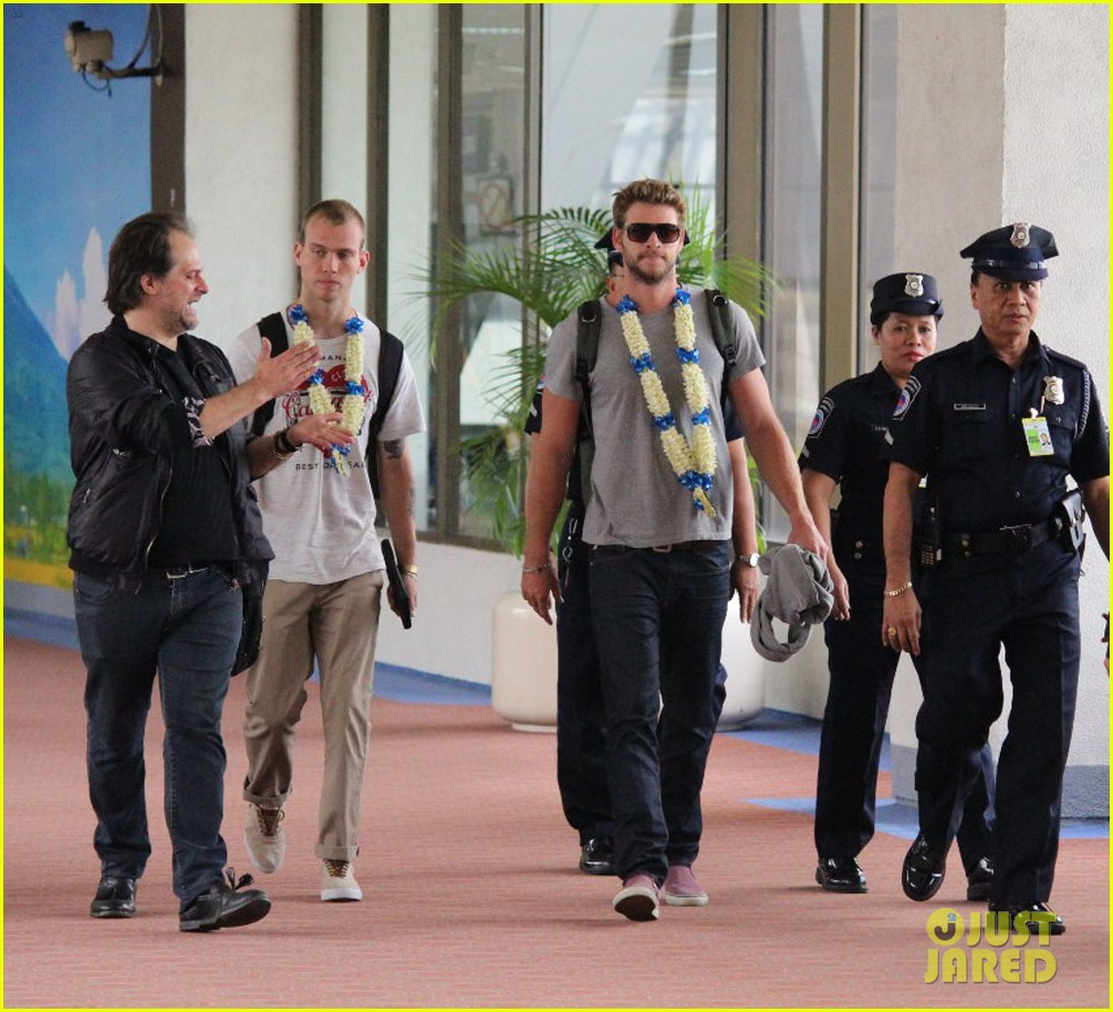liam hemsworth arrives in manila post miley cyrus split rumors 012830955
