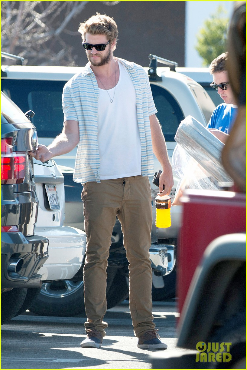 liam hemsworth shops with friends miley cyrus visits studio 04