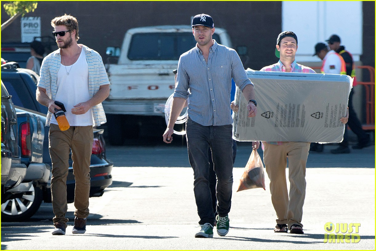 liam hemsworth shops with friends miley cyrus visits studio 082840706