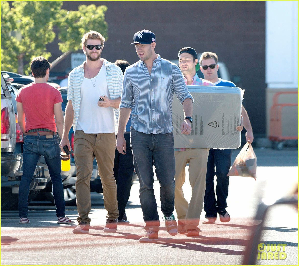 liam hemsworth shops with friends miley cyrus visits studio 092840707