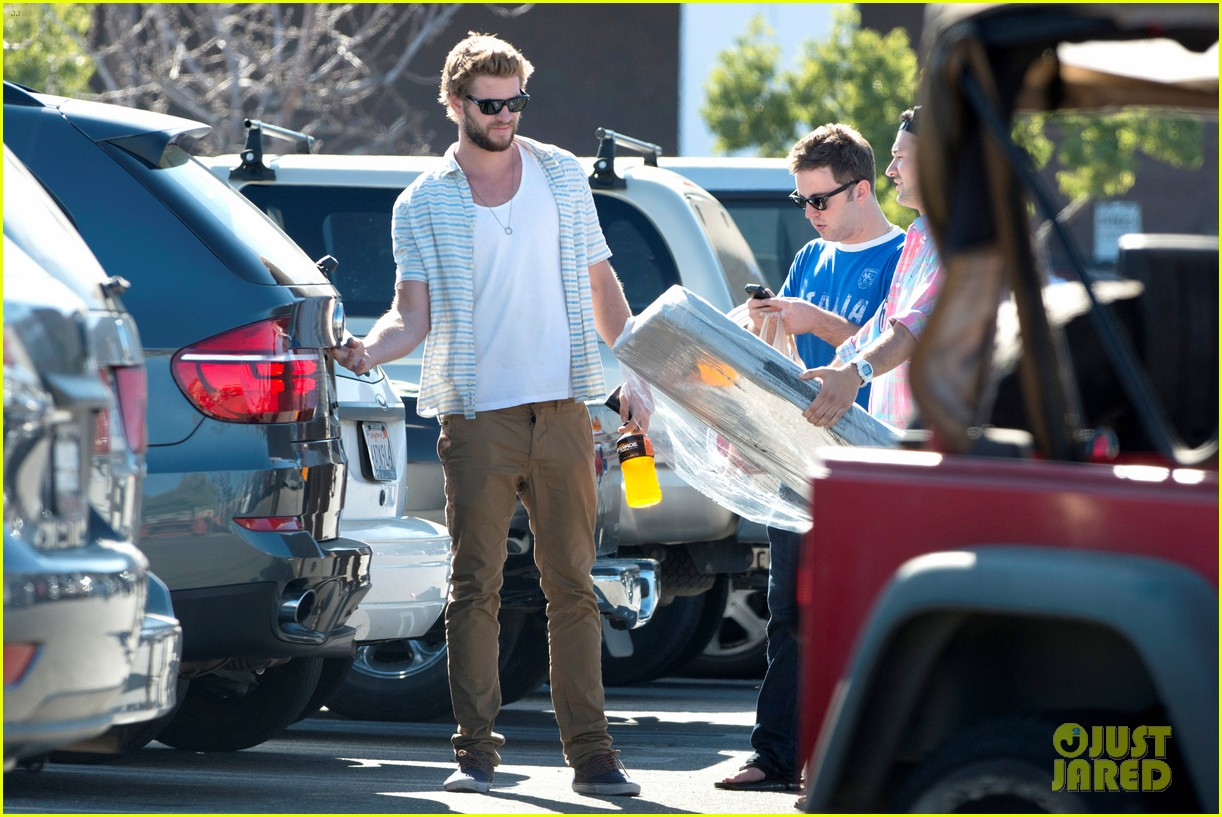 liam hemsworth shops with friends miley cyrus visits studio 132840711