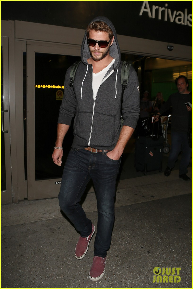 liam hemsworth lands in los angeles miley cyrus twerks 012834910