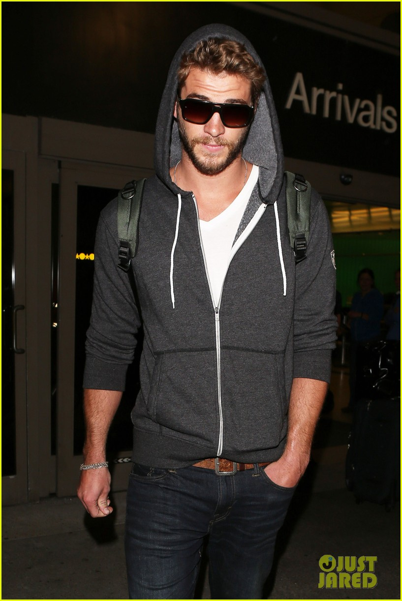 liam hemsworth lands in los angeles miley cyrus twerks 02